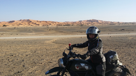 Scrambler posando dunas al fondo 2