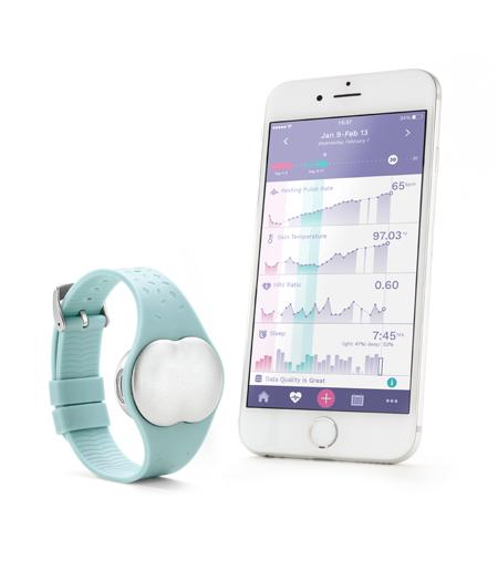 170817_Ava_iPhone+Bracelet_standing_EN
